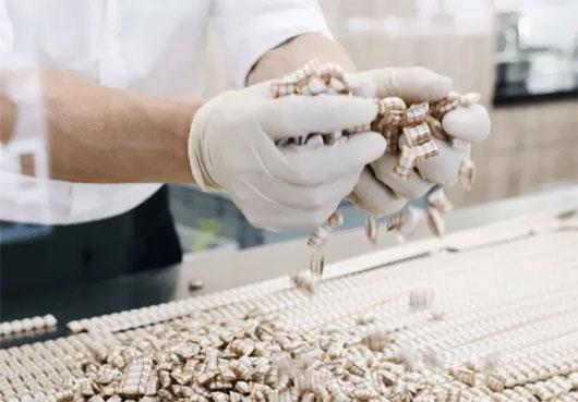 Produktion von Seidenzuckerl in der Zuckerlwerkstatt